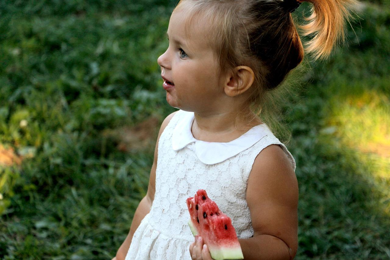 Avec ses mains, votre bébé agrippe des aliments et tente de les […]