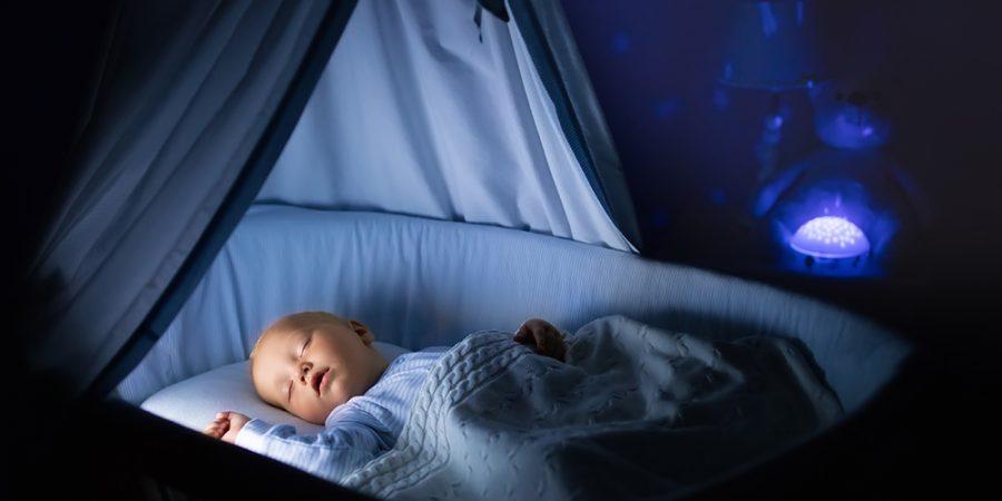 bébé qui dort dans un berceau