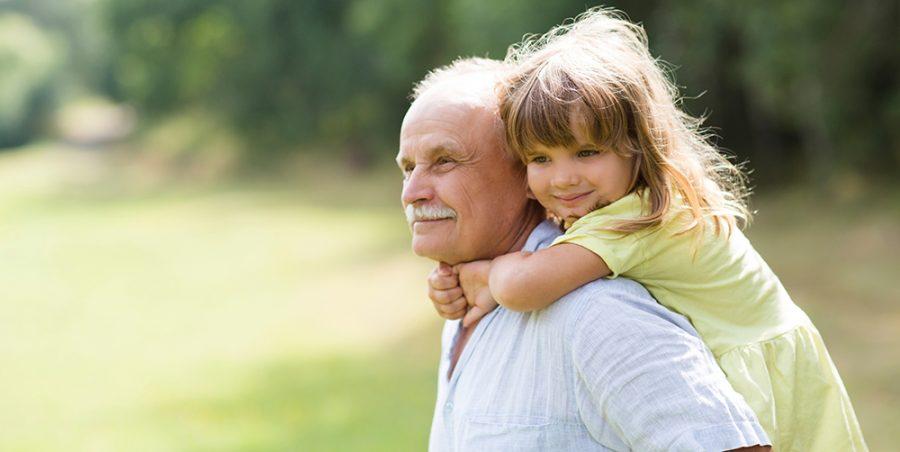 enfant avec son grand-père