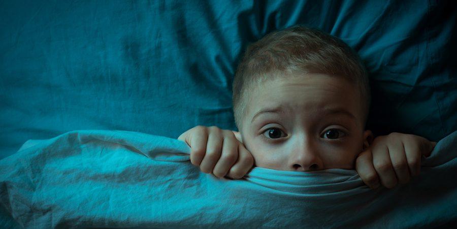 enfant dans son lit